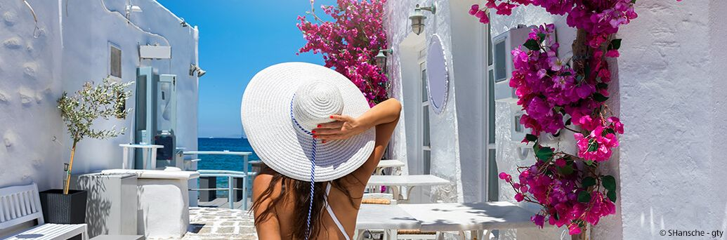 Griechenland, Frau, Meerblick, Sonnenhut